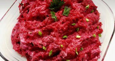 Весенний салат из свеклы с крапивой и молодым чесноком